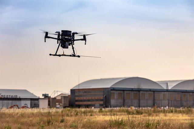 Archivo - Enaire realiza pruebas de verificación con un dron en Barajas