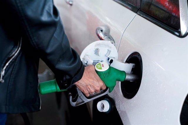 Archivo - Una mujer pone gasolina a su vehículo en una gasolinera, a 17 de junio, en Madrid, (España).