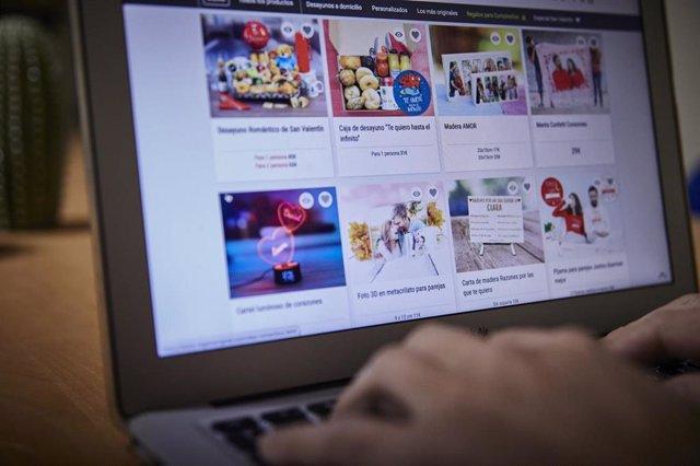 Archivo - Un internauta compra por regalos por Internet