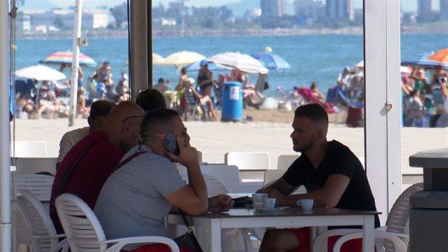 VÍDEO: Locales de la playa de la Malvarrosa de València notan los efectos del toque de queda en el turismo