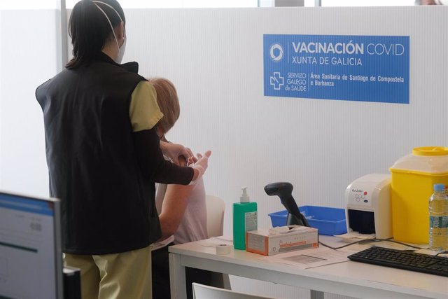 Archivo - Vacunación contra la Covid-19 en la Cidade da Cultura de Santiago de Compostela.