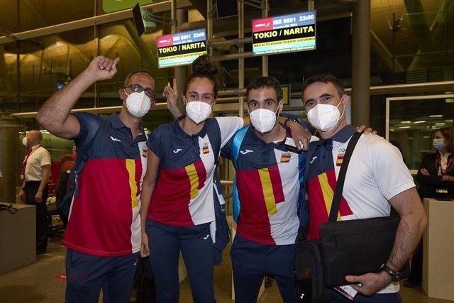 Equipo español de bádminton para los Juegos Olímpicos de Tokyo 2020, con los jugadores Clara Azurmendi y Pablo Abián en el centro, escudados por los entrenadores