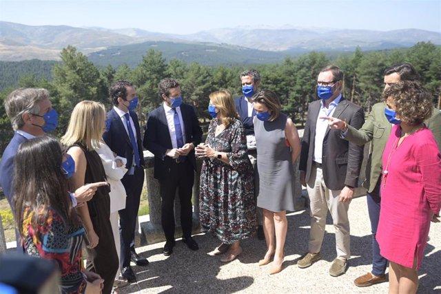 El líder del PP, Pablo Casado, con casi todos los miembros del Comité de Dirección del PP, durante la Junta Directiva Nacional del partido en la sierra de Gredos. En  Ávila, 21 de julio de 2021.