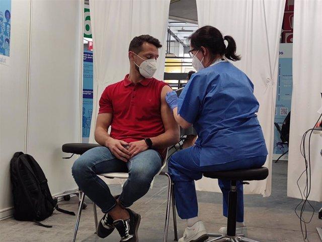 Un enfermera administra la vacuna número 500.000 del punto de vacunación de Fira de Barcelona
