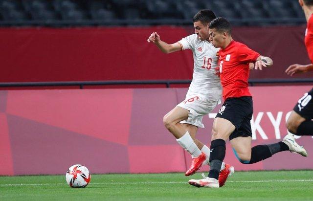 Pedri intenta zafarse de un jugador egipcio en el Egipto-España de los Juegos Olímpicos de Tokio