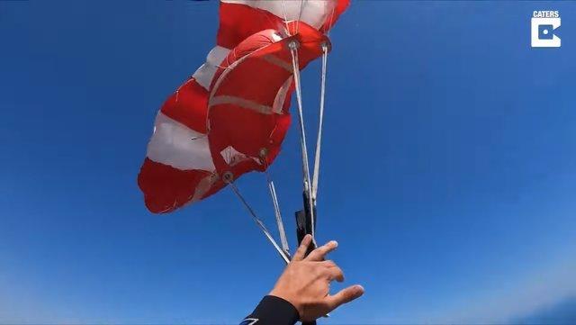 Este es el tenso momento en que un paracaidista cae en espiral después de que las cuerdas de su paracaídas se liasen