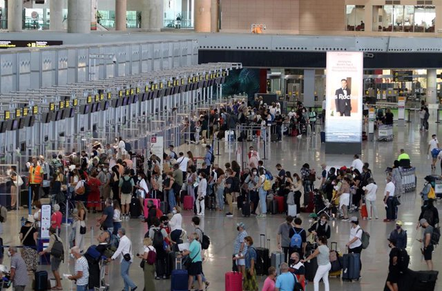 turistas en el aeropuerto de la Costa del Sol, en Málaga (Andalucía, España).