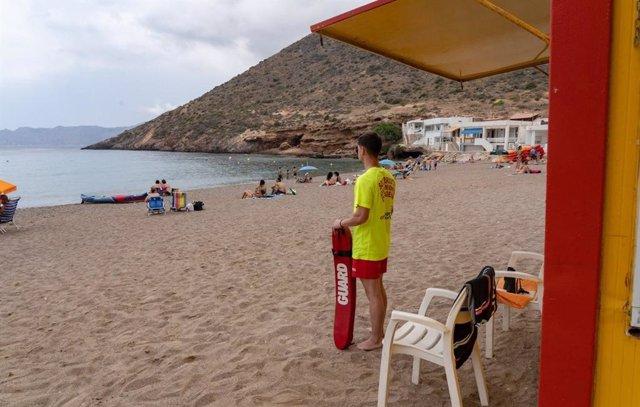 Un socorrista de Protección Civil en una playa de Cartagena