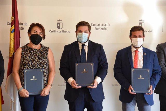 El consejero de Fomento, Nacho Hernando, firma un convenio de cesión de la CM-4006a al Ayuntamiento de Bargas y un convenio de cesión de la CM-2000a al Ayuntamiento de Sacedón