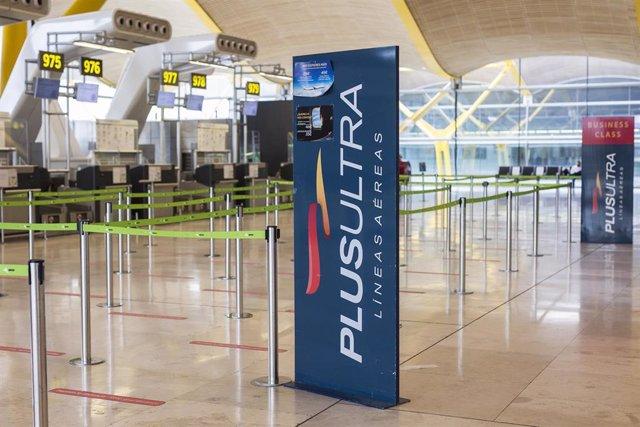 Archivo - Un panel muestra información sobre vuelos de la aerolínea Plus Ultra, en el aeropuerto de Madrid - Barajas Adolfo Suárez