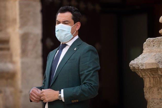 El presidente de la Junta de Andalucía, Juanma Moreno (d), el consejero de la Presidencia, en la primera jornada del Pleno del Parlamento de Andalucía. A 21 de julio de 2021, en Sevilla (Andalucía, España).