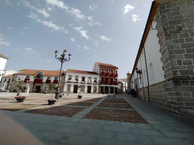 Fotografía de la Plaza de España de Villanueva de Córdoba, con el Ayuntamiento al fondo.