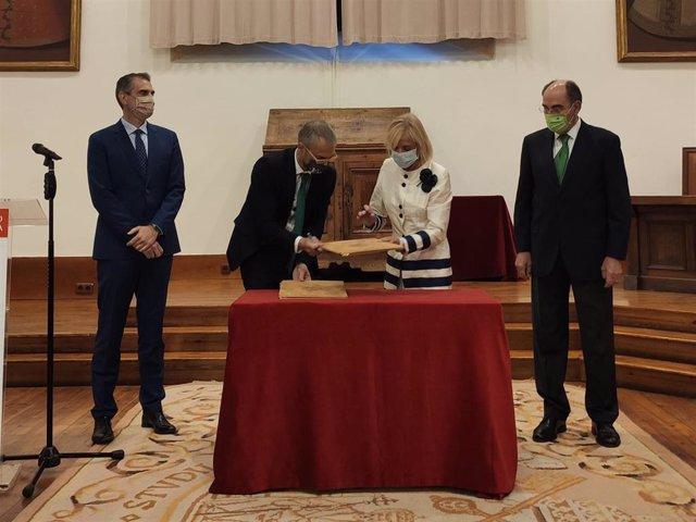 La viuda de Marin y el rector de la USAL (C) firman la cesión de documentos en presencia de Sánchez Galán (D) y González (I).