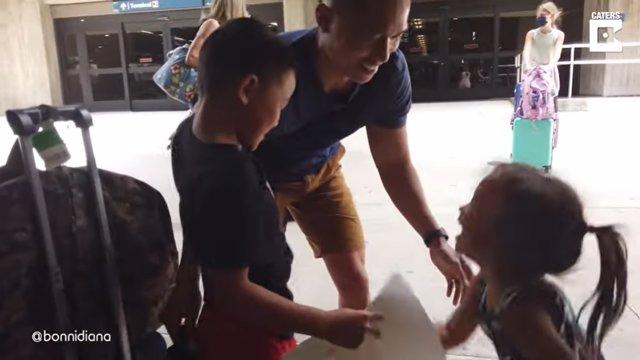 Dos niños de ocho y tres años se reencuentran con su padre marine tras varias semanas sin verse
