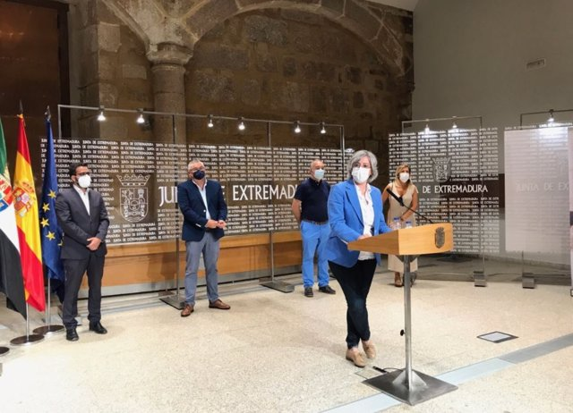 La consejera de Movilidad, Transporte y Vivienda, Leire Iglesias, presenta el proyecto 'Rehabita'