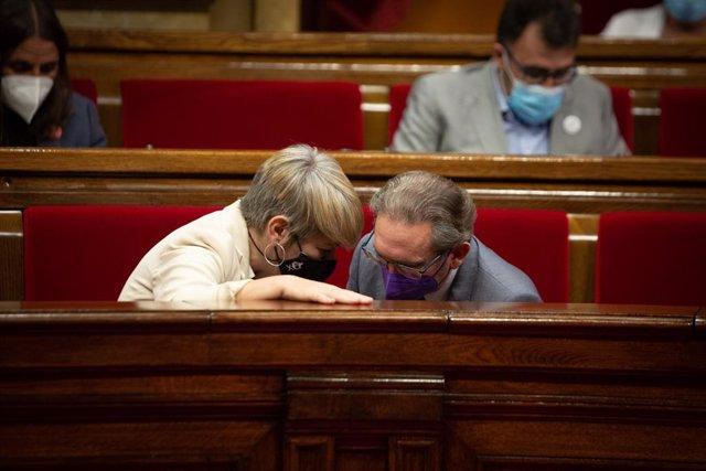 El conseller d'Economia de la Generalitat, Jaume Giró, amb la consellera de Jusitica, Lourdes Ciuró, en el ple del Parlament