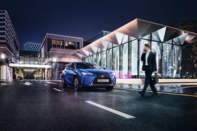 Imagen de un vehículo de Lexus pasando por un peatón.