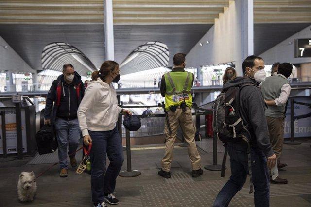 Archivo - Llegada de pasajeros a la Estación de Santa Justa en Sevilla, foto de archivo