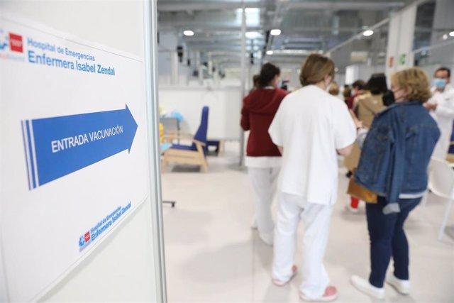 Archivo - Varias personas acuden a recibir la vacuna contra el Covid-19 en el Hospital Isabel Zendal, Madrid, (España)