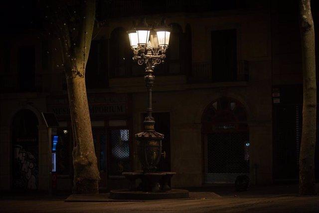 Archivo - Zona de la fuente de Canaletes vacía al inicio del toque de queda impuesto de 22.00 horas a 06.00 horas por la crisis sanitaria del Covid-19, en Barcelona, Catalunya, (España), a 2 de noviembre de 2020.