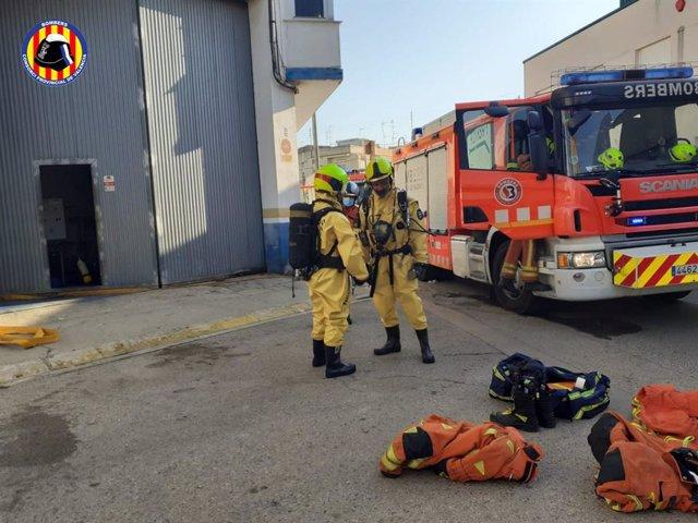 Els bombers han aconseguit detindre una fuita d'amoníac que s'ha produït en una empresa a la localitat de Guadassuar (València) i que ha obligat a confinar a part de la població.