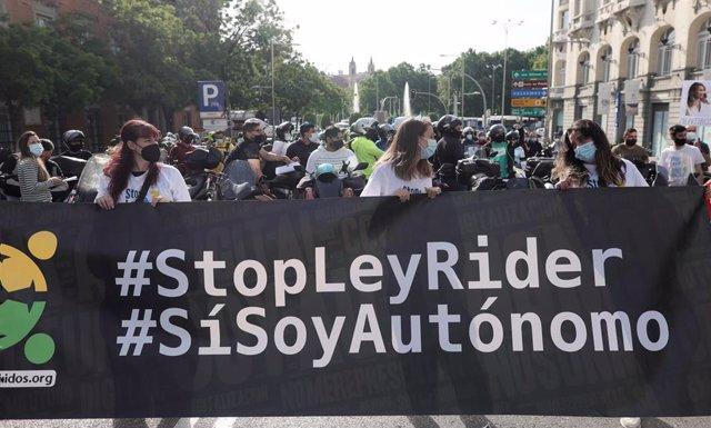 """Archivo - Riders acuden con una pancarta donde se puede leer """"StopLeyRider"""", """"Sí, soy autónomo"""" en una concentración convocada frente al Congreso por sus condiciones laborales, a 27 de mayo de 2021, en Madrid, (España). La concentración se produce en las"""
