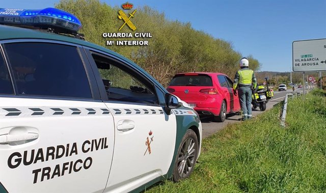 Archivo - La Guardia Civil de Pontevedra intercepta a un conductor por exceso de velocidad.