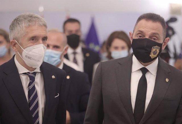 El ministro de Interior, Fernando Grande-Marlaska (i) y su homólogo serbio, Aleksandar Vulin (d), a su llegada a una rueda de prensa, después de una reunión en la sede del Ministerio, a 22 de julio de 2021, en Madrid (España). Los ministros del Interior e