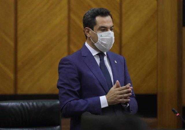 El presidente de la Junta, Juanma Moreno, durante su intervención en la sesión de control con preguntas al presidente en el Pleno del Parlamento de Andalucía, a 22 de julio de 2021, en Sevilla (Andalucía, España).