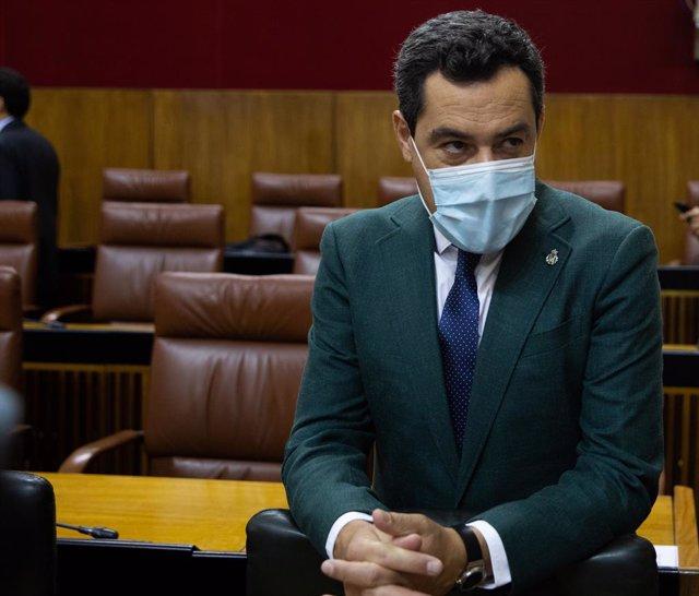 El presidente de la Junta de Andalucía, Juanma Moreno, durante la primera jornada del Pleno del Parlamento de Andalucía.  A 21 de julio de 2021, en Sevilla (Andalucía, España).
