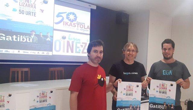 Urko Peral, Unai Gardoki e Iñigo Urrizelki, en la presentación de actividades del 50º aniversario de Lizarra Ikastola.
