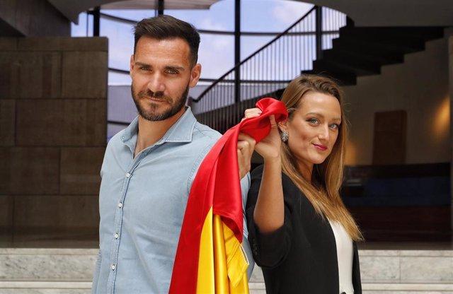 Archivo - Saúl Craviotto y Mireia Belmonte posan en el COE con la bandera de España