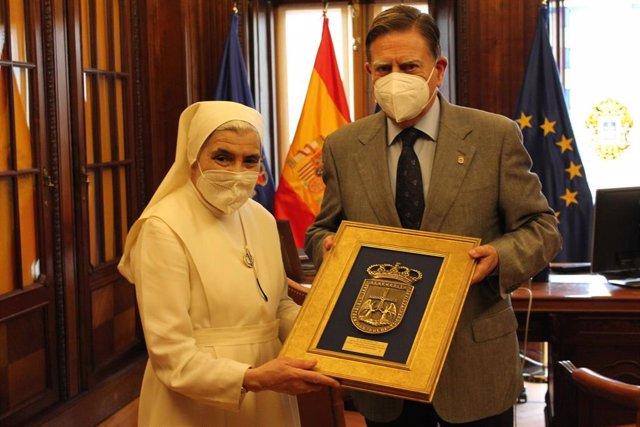 El alcalde de Oviedo, Alfredo Canteli, y la madre superiora de las Siervas de Jesús de la Caridad, Sor Milagros