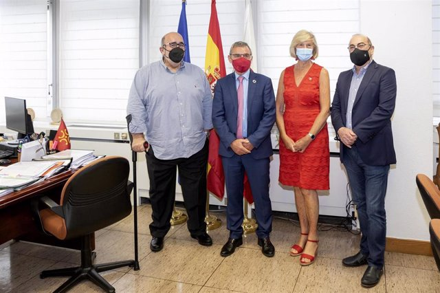 La consejera de Educación y FP, Marina Lombó, y otros miembros de su departamento, reciben al alcalde de Santa Cruz de Bezana, Alberto García