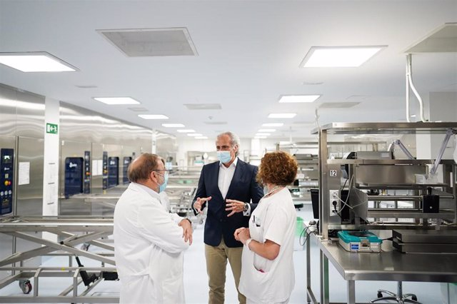 El consejero de Sanidad, Enrique Ruiz Escudero, visita la  central de esterilización de La Paz