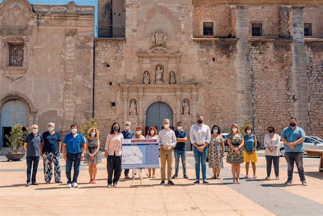 El conseller de Política Territorial, Obras Públicas y Movilidad, Arcadi España,  presenta las nuevas rutas en lun acto que ha contado con la asistencia de alcaldes y alcaldesas de la Ribera