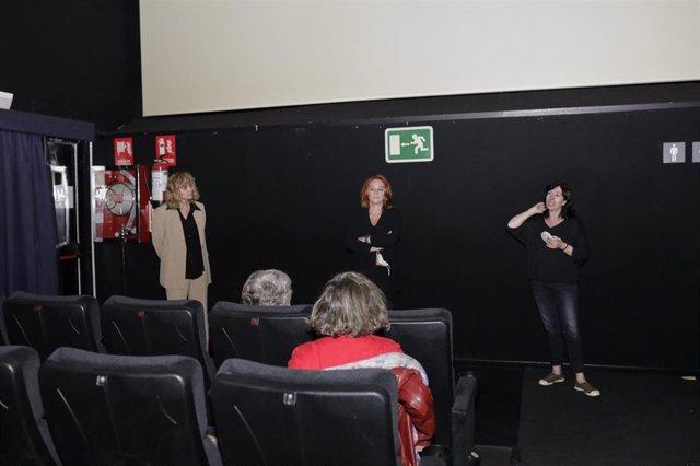 Archivo - La actriz Emma Suárez (i) y la cineasta Gracia Querejeta dentro de una sala de cine de los Cines Renoir Plaza de España el día de su reapertura después del cierre durante casi tres meses