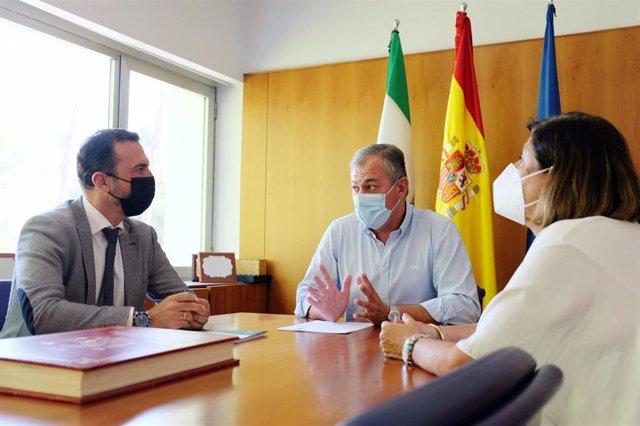 Reunión este jueves entre el delegado territorial de Regeneración, Justicia y Administración Local en Sevilla, Javier Millán, y el alcalde de Tomares (Sevilla), José Luis Sanz