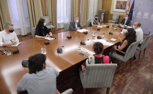 El ministro de Consumo, Alberto Garzón (5i), durante una reunión con asociaciones de respeto al medio ambiente en la sede de su Ministerio, a 22 de julio de 2021, en Madrid (España). El titular de Consumo se reúne este jueves con organizaciones dedicadas