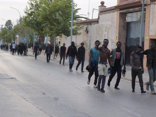 Un grupo de migrantes de origen subsahariano, caminan hacia el Centro de Estancia Temporal de Inmigrantes (CETI) de Melilla, después de haber saltado la valla con Marruecos, a 22 de julio de 2021, en Melilla (España). Un total de 238 migrantes de origen s