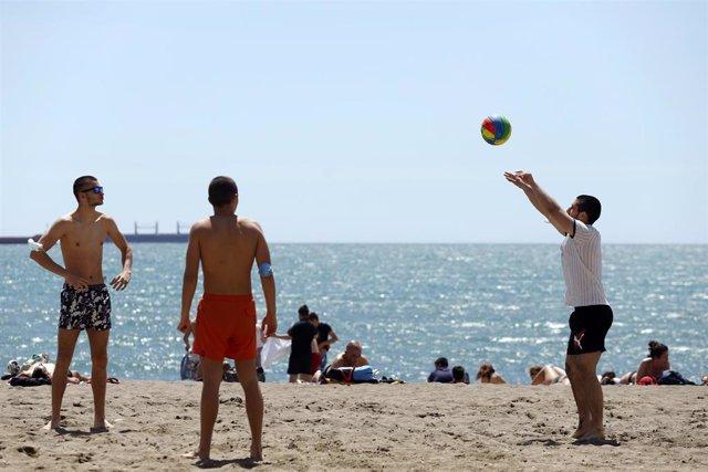 Archivo - Ciudadanos disfrutan de la playa