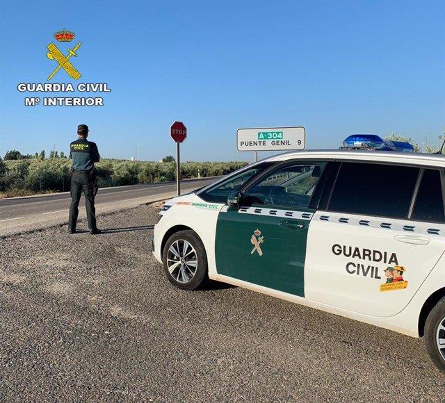 Una patrulla de la Guardia Civil en Puente Genil.