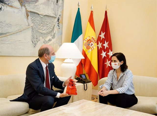 La presidenta regional, Isabel Díaz Ayuso, se reúne con el embajador de Italia.