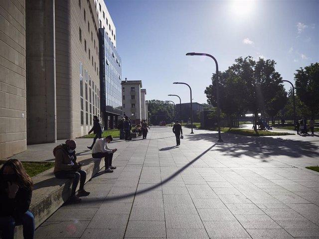 Archivo - Transeúntes caminan por las inmediaciones del Palacio de Justicia de Pamplona, a 10 de mayo de 2021, en Pamplona, Navarra, (España).