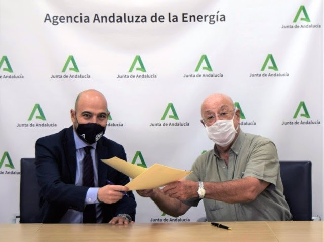 Fotografía del presidente de Feragua, José Manuel Cepeda, y  el director gerente de la Agencia Andaluza de la Energía, Francisco Javier Ramírez, durante la presentación del convenio de colaboración.