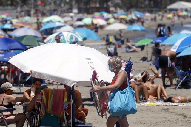 Archivo - Bañistas disfrutan del día en la playa de Málaga