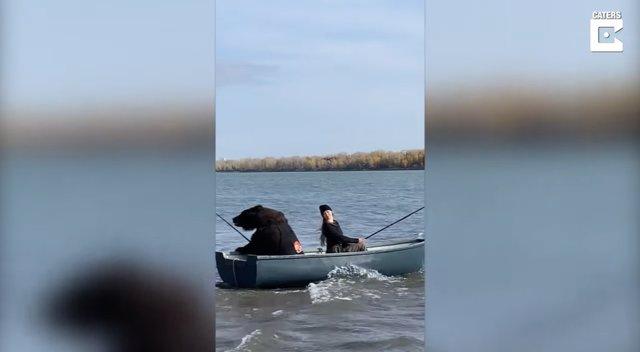Mientras tanto en Rusia: Un oso pardo y su dueña se van de pesca para compartir tiempo de calidad