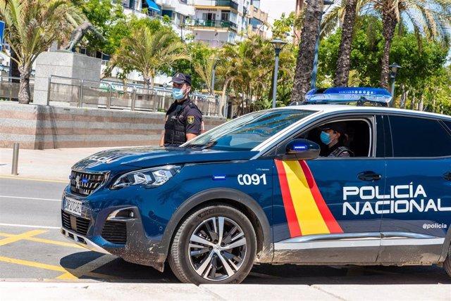 Archivo - Agentes de Policía Nacional en coche