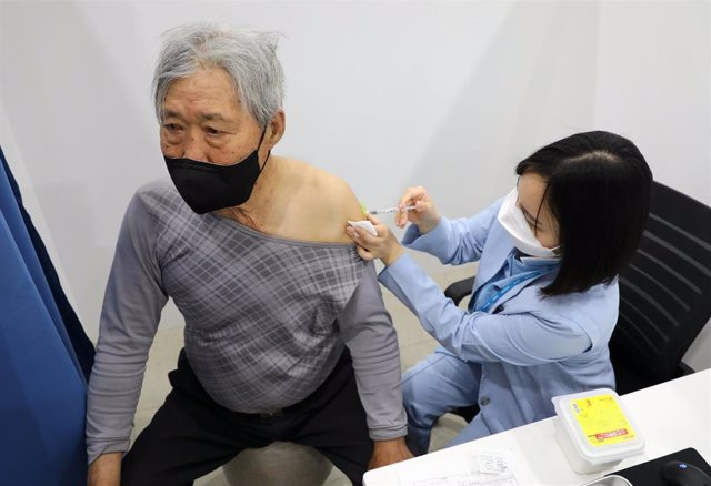 Archivo - 01 April 2021, South Korea, Jeju Island: An elderly citizen receives a dose of the Pfizer-BioNTech coronavirus (COVID-19) vaccine at an inoculation centre on the country's southern Jeju Island.