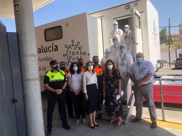 La delegada de Salud y Familias de la Junta, María Jesús Botella (segunda por la dcha.), visita el cribado de Montoro.